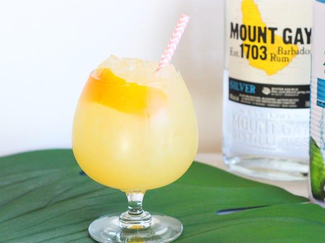 Гидрат, пока вы впитываете этот кокосовый водный коктейль