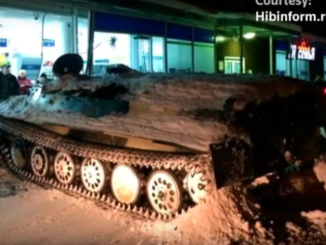 ロシア人のガードが装甲車を倉庫に墜落させ、ワインを盗んで、フラット・ダウー