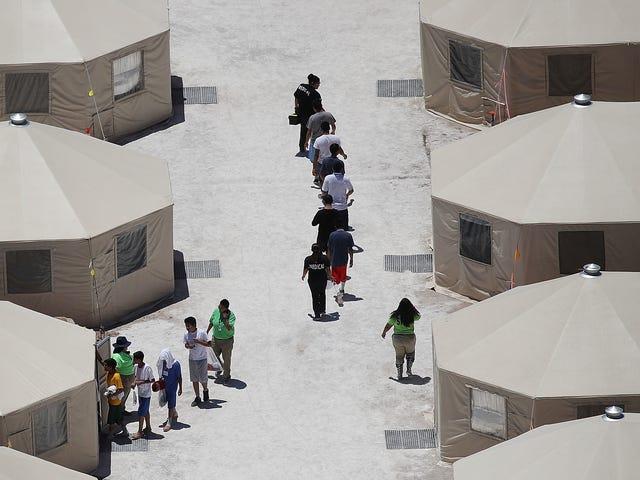 Chính quyền Trump gửi thêm trẻ em di cư đến thành phố lều 'vô nhân đạo' ở Texas