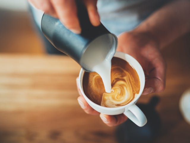 Tilsæt sukker før mælk i espressodrikke