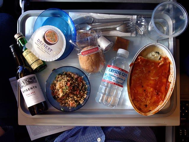 Lo que quizá no sabías sobre la comida de los aviones: te quedas con hambre, puedes repetir gratis