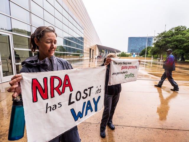 Ambtenaren in San Francisco beschuldigen NRA van 'het aanzetten van wapenbezitters tot gewelddadigheden', bestempelen het als een binnenlandse terroristische organisatie