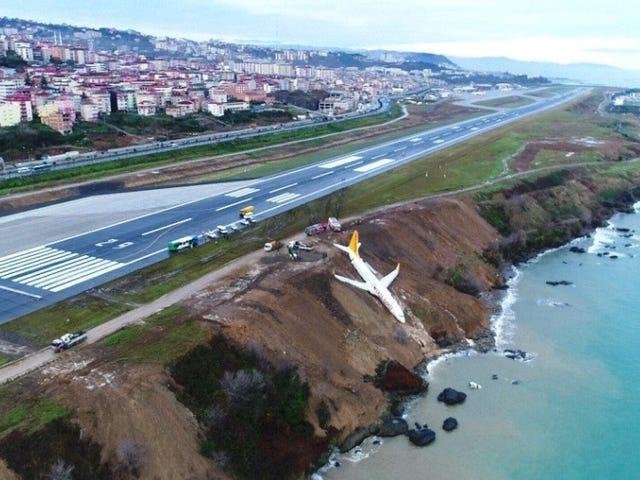Un Boeing 737 sælges med 162 kendings og terminaler og pocos metros del Mar Negro en un barranco