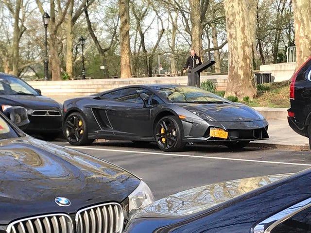 Saludamos a este héroe que estaciona sus calles en Lamborghini Gallardo en la ciudad de Nueva York