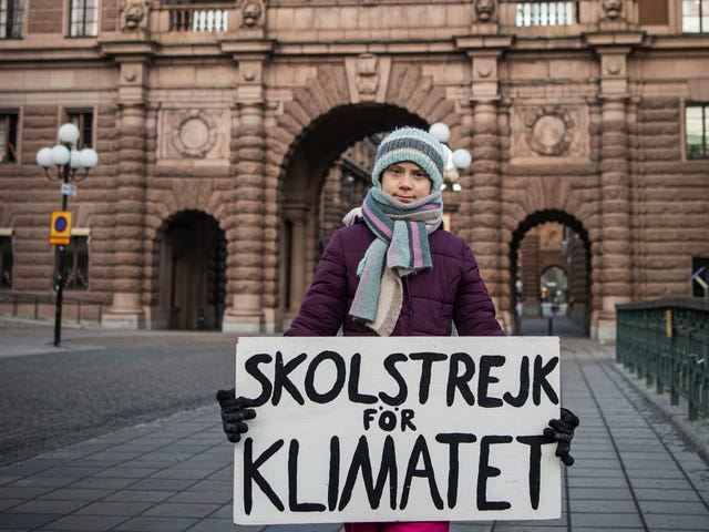 财政部长贾伯(Greta Thunberg)获得经济学学位后,他的妻子(简短地)与他在一起
