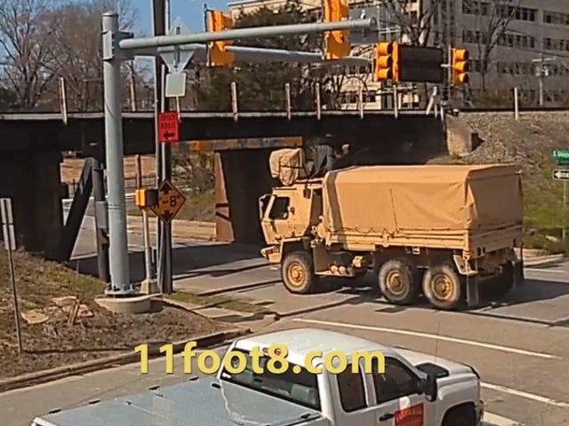 Nawet armia Stanów Zjednoczonych nie pasuje do tego mostu Low-Ass