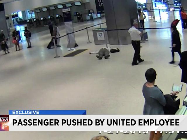 United Airlines se disculpa por emplear a un hombre anciano que echa mano al suelo, dos años después