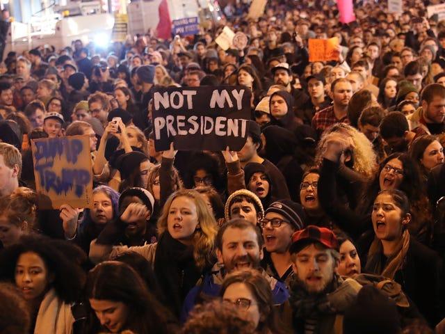 Trump's America: Social Media Users Del historier om at blive chikaneret af Trump Supporters