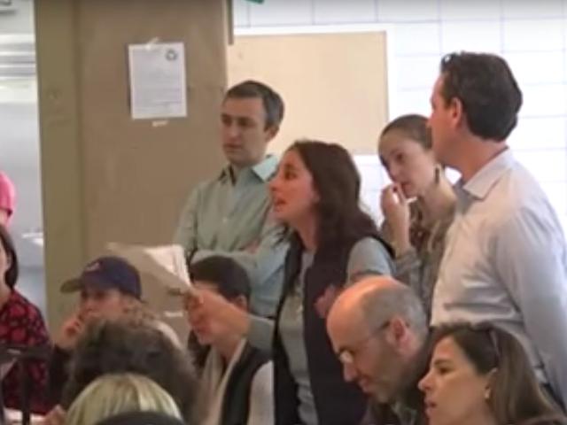 Guarda: Roomful dei ricchi, bianchi genitori di New York si arrabbiano con il piano per diversificare le scuole del vicinato
