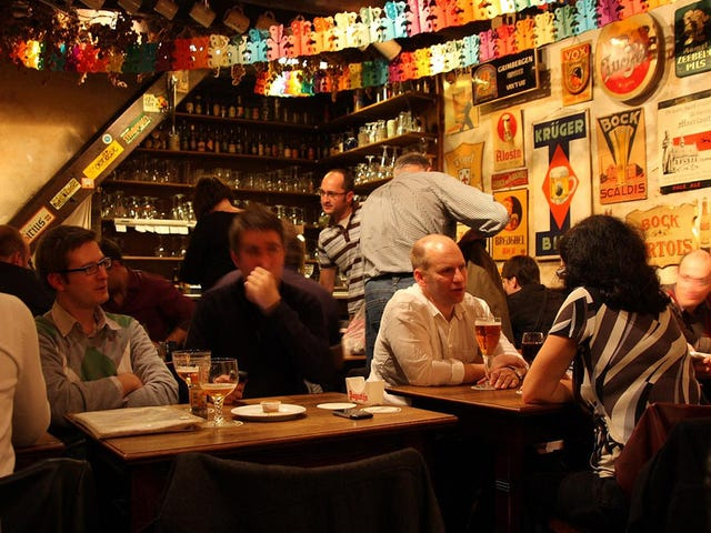 花时间在当地酒吧建立社区和自己的幸福