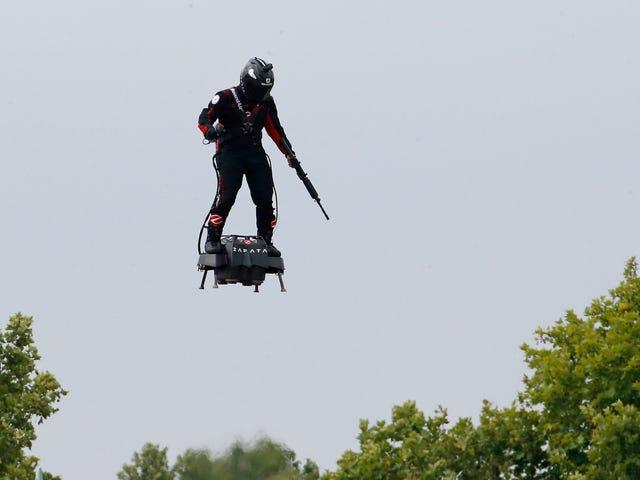 Un inventeur français passe à la carabine pendant le vol du flyboard à turbine lors des célébrations du 14 juillet