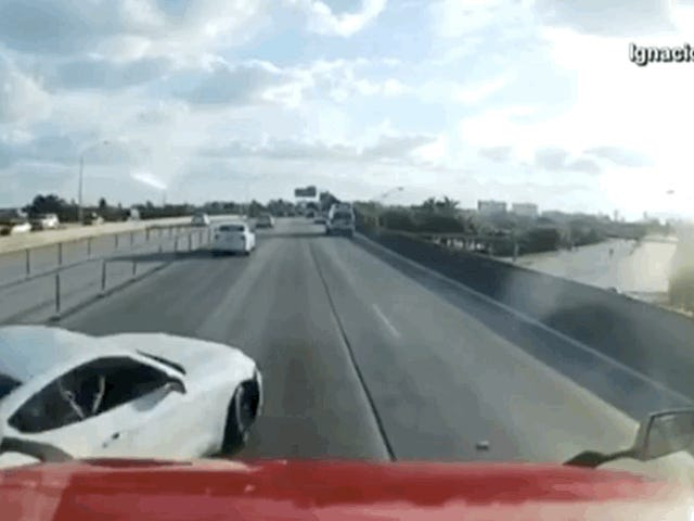Mustang Crashes Sa Semi Truck sa Malapit Cinematic 360-Degree Paikutin