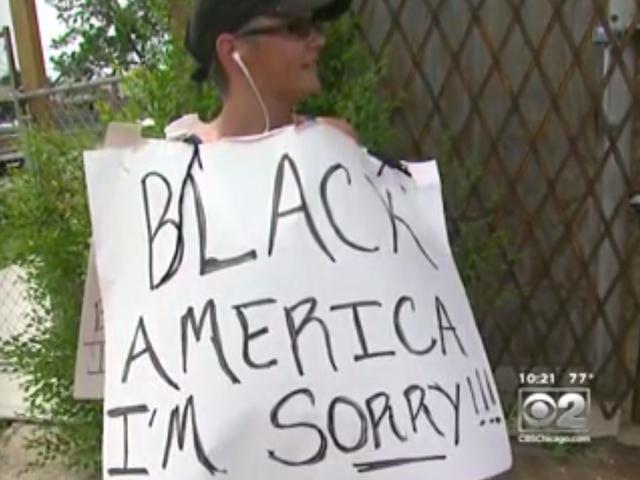 Hvit kvinne går rundt Chicago's South Side Bearing Sign: 'Black America, jeg er lei meg'