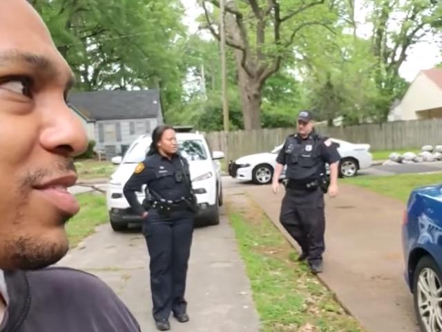 白人妇女叫在检察旁边房子的黑房地产投资者的警察