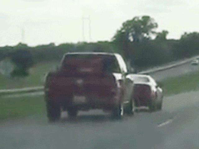 Passen Sie diesen Straßen-Rasenden Aufnahmefahrer auf, ein Auto weg von der Straße zu rammen
