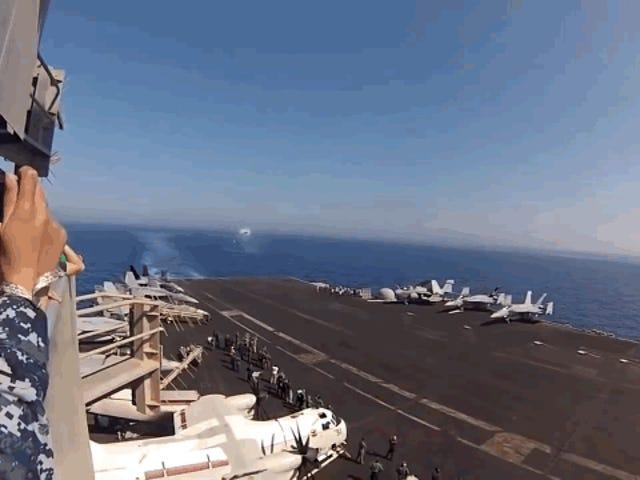 MiracómounF18 rompe la barrera del sonido sobre un portaaviones