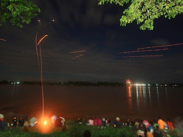 Qué son realmente las bolas de fuego de Naga, las luces que brotan del río Mekong en determinadas fechas del año
