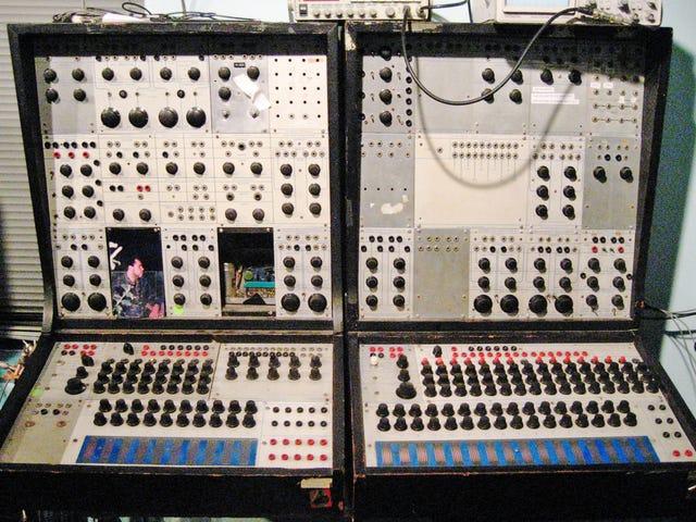 Ο άνθρωπος που επαναφέρει ένα κλασικό synthesizer πηγαίνει σε ένα 9ωρο ταξίδι με οξέα μετά από τυχαίο άγγιγμα LSD-καλυμμένο κουμπί