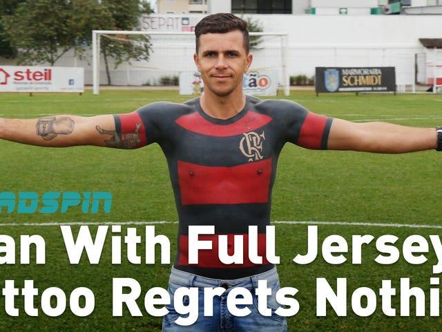 Este homem tatuado uma camisa de futebol em seu torso, não tem arrependimentos