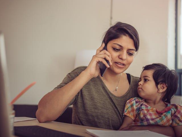 Paljastaa, että lapsesi on kanssasi, kun aloitat puhelinkokouksen