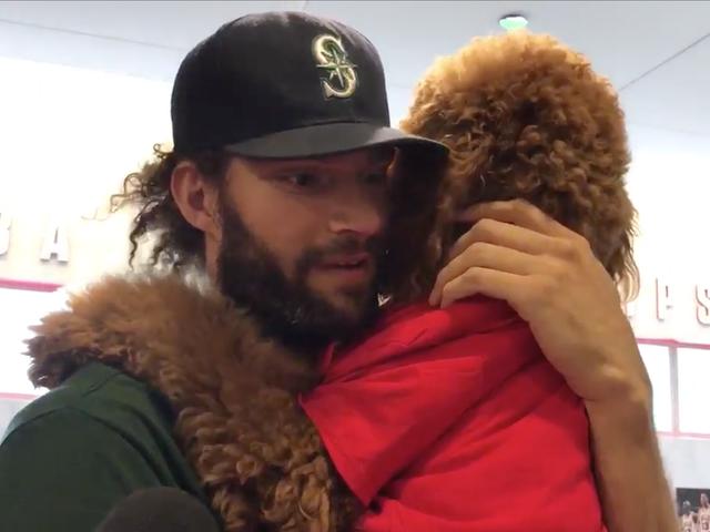 रॉबिन लोपेज साक्षात्कार के लिए अपने अत्यधिक चिल, शराबी कुत्ते लाता है