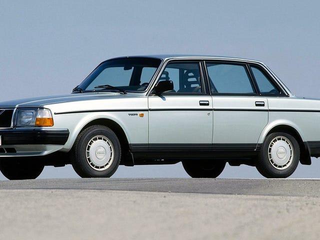 รถคันแรกของฉันคือ Volvo 1984 สีน้ำเงิน 240 ซึ่งกินเวลาประมาณหนึ่งปีก่อนที่สายแก๊สที่รั่วจะรวมฉัน