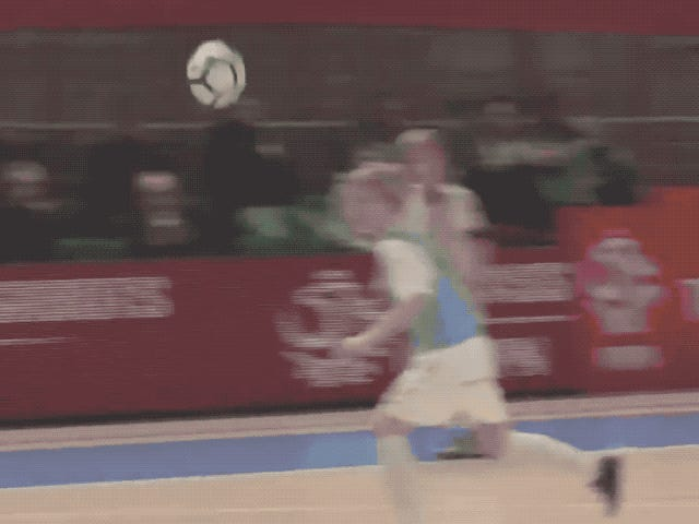 Dette lille barnets Spinning Backheel Volley-mål er kjøligere enn alt du noensinne har gjort i livet ditt