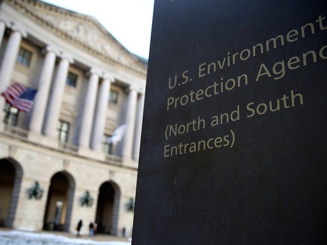 Operador político de Trump que llama al cambio climático 'El doble C-Word' se hizo cargo de las subvenciones de la EPA