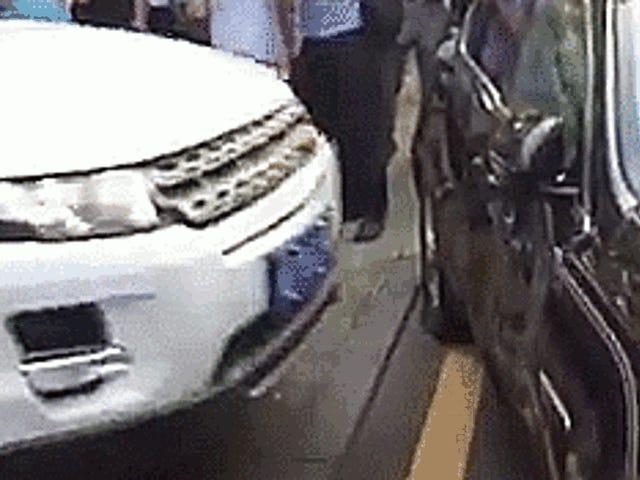 Angry Range Rover Driver gentager Smashes i en Jaguar i Dispute Over Money