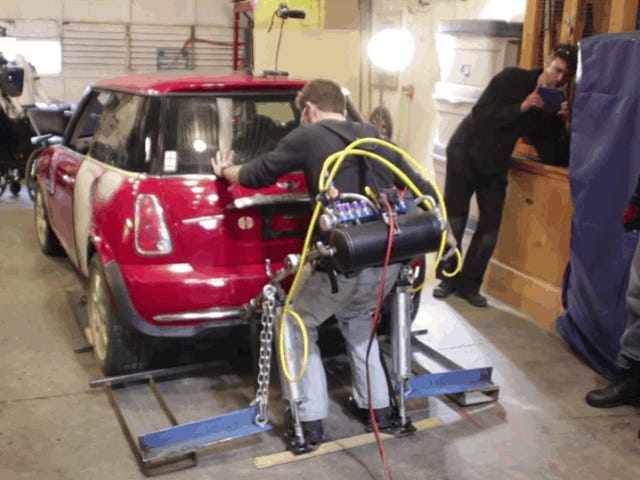 Logra levantar un automóvil con unexoesqueleto inventado por él mismo
