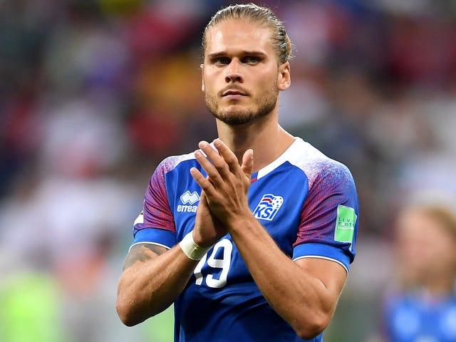 Ο λίγο-γνωστός Ισλανδός ποδοσφαιριστής γίνεται κοινωνική αίσθηση των μέσων μαζικής ενημέρωσης λόγω της κακομεταχείρισης του