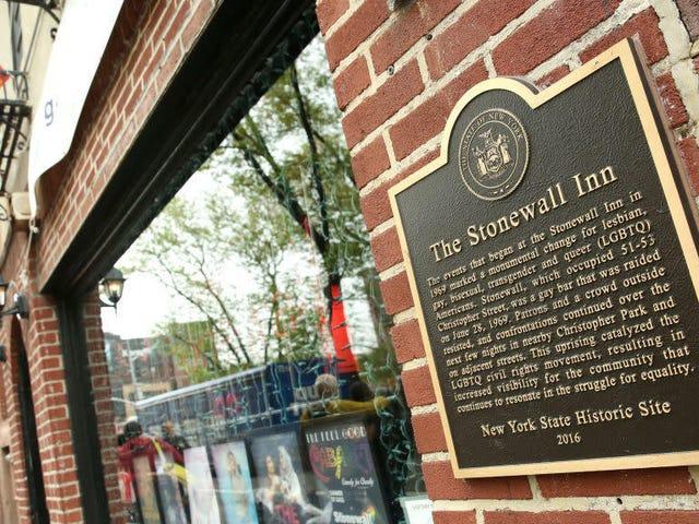 NYPD приносит извинения за рейд Stonewall Inn 1969 года, который вызвал движение современных гей-прайдов
