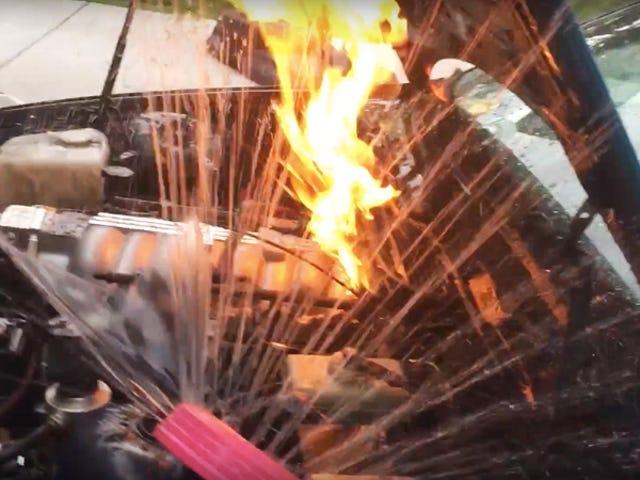 Наблюдайте за этим парнем битва с огнем двигателя с дождеприемником