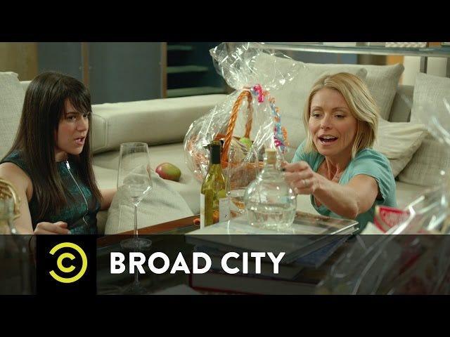 Mire a un chiflado loco Kelly Ripa tome una botella de Moonshine en <i>Broad City</i>