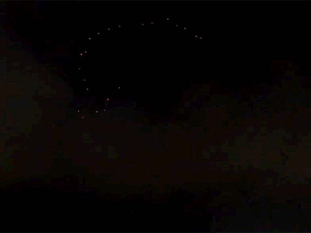 Tämä Disney Drone Light Show näyttää kauniilta Alien Invasionilta