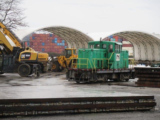 Un muy bien mantenido 44 tonner trabajando para Nucor Steel en un día lluvioso en Seattle