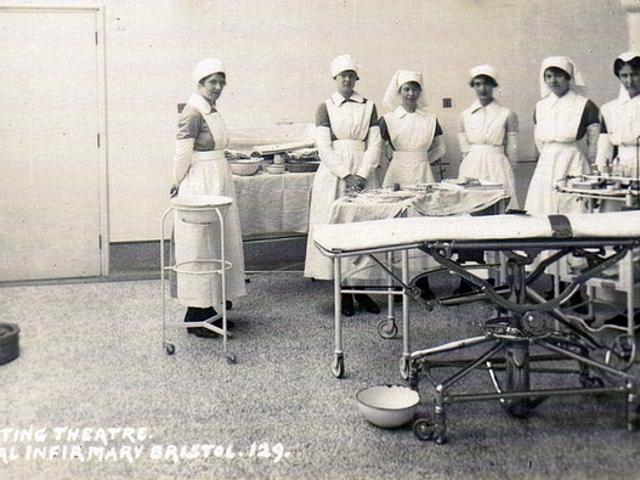 Hva brukte folk til å maskere kirurgisk smerte før moderne bedøvelse?
