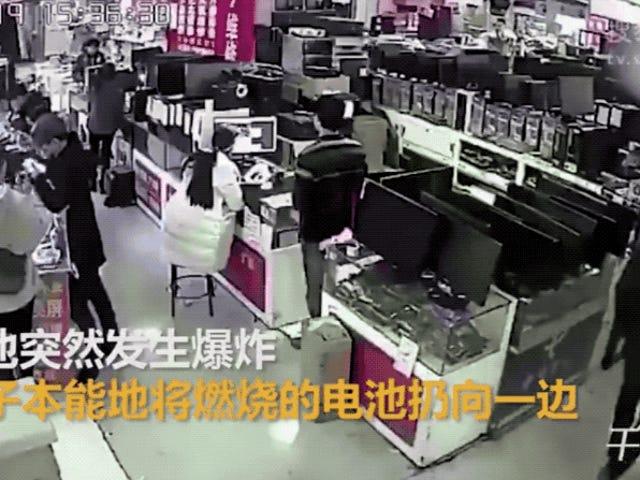 Un hombre muerde la bateria de un movil para comprobar si e re real y le explota en la cara