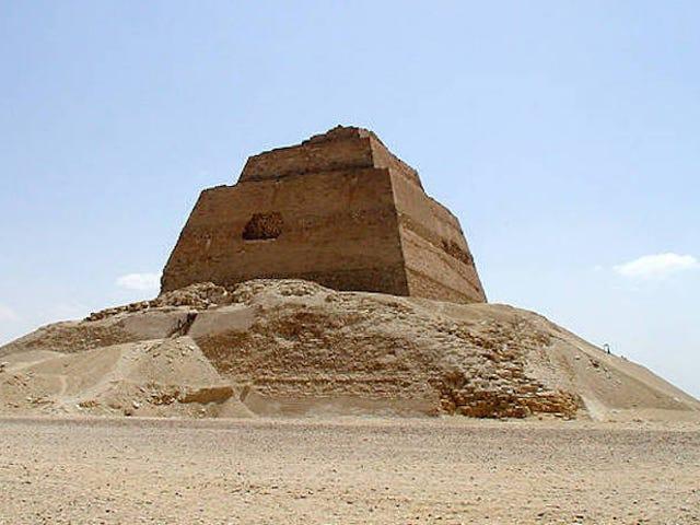 Encuentran el esqueleto de una adolescente junto a la misteriosa piramide di Meidum en Egipto
