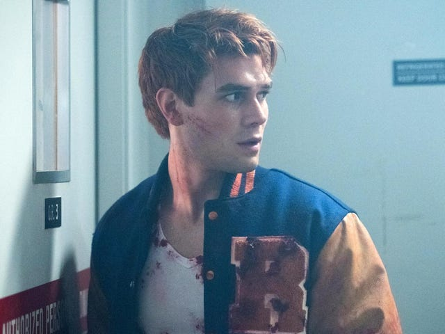 모두가 Archie를 축하합니다. Riverdale의 다른 모든 사람들처럼 외상을 입었습니다.
