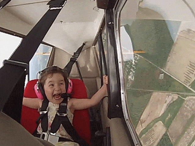 Nähdessään tämän lapsen lentävän tempputasossa isänsä kanssa on todellista iloa