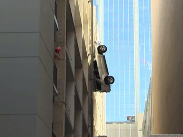 Holy Shit Watch Denne Car Dangle Fra En Garage Garage Live