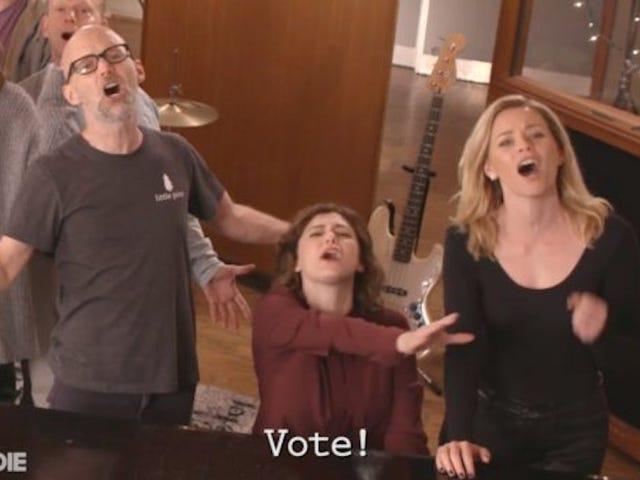 Rachel Bloom samler berømte venner for smuk anti-trumpet Anthem 'Holy Shit (Du må stemme)'