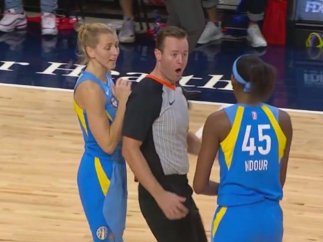 L'arbitre de la WNBA entre dans la main d'Astou Ndour et éjecte avec force