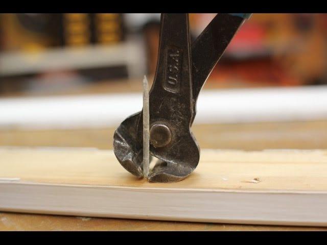 Ta bort naglar från baksidan av Trim för att rädda träet