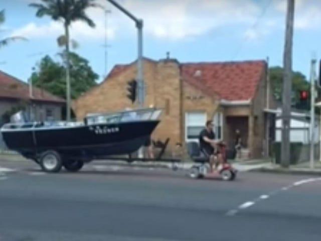 """Aussie Man, joka käytti liikkuvuusrobottia hinaamaan venettä: """"No I Lost Me License"""""""