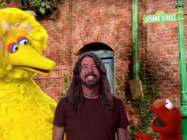 Dave Grohl Susam Sokağı'nda yola çıkmak için durur