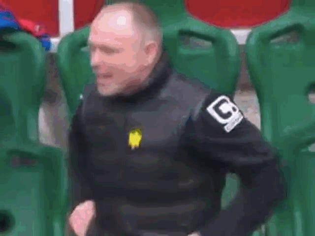 Ο σκωτσέζος διευθυντής γιορτάζει το γκολ, κερδίζοντας τον δικό του παίκτη