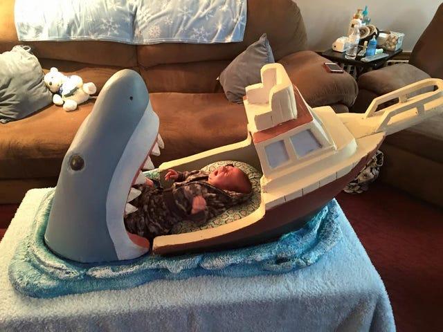 <i>Jaws</i> Baby Bed Lader dig forestille dig dit barn bliver spist af en haj