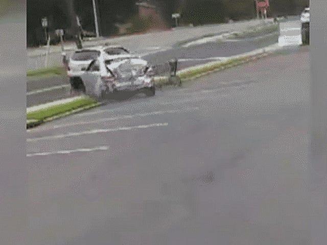 Người đàn ông chạy trốn xe cộ với con chó của mình trộm xe khác và tai nạn lại